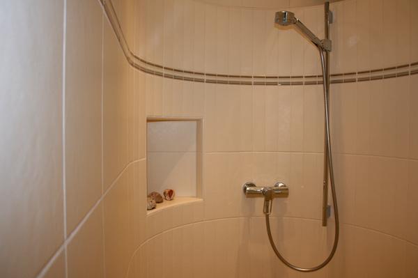 edelstahlleisten f r fliesen ablage f r dusche raum und m beldesign inspiration. Black Bedroom Furniture Sets. Home Design Ideas